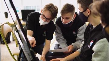 ДВФУ: Школьники «Роснефть-классов» ДВФУ решили инженерные задачи для судоверфи «Звезда» - видео